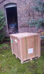 Er ist da! Die grosse Kiste aus einem fernen Land ist angekommen und muss geöffnet werden